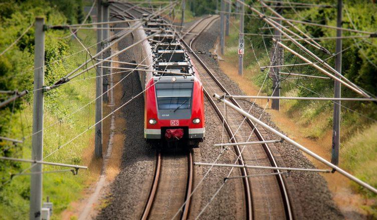 Das Bild zeigt eine Regionalbahn der DB.