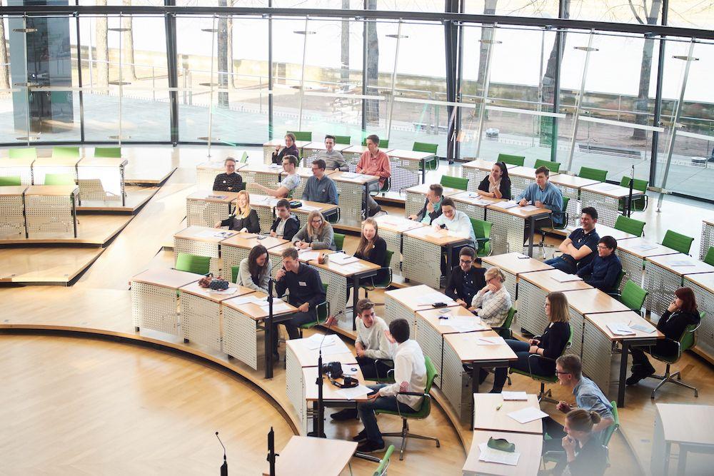 Plenarsaal im Sächsischen Landtag mit Schülerinnen und Schülern beim Planspiel